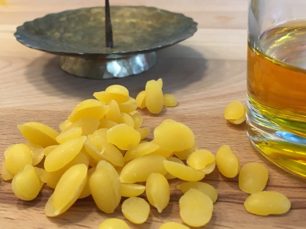 Bienenwachs-gelb-in-Pastillen-und-fl-ssig-mit-Kerzenhalter-2DMFGynsESSHpa
